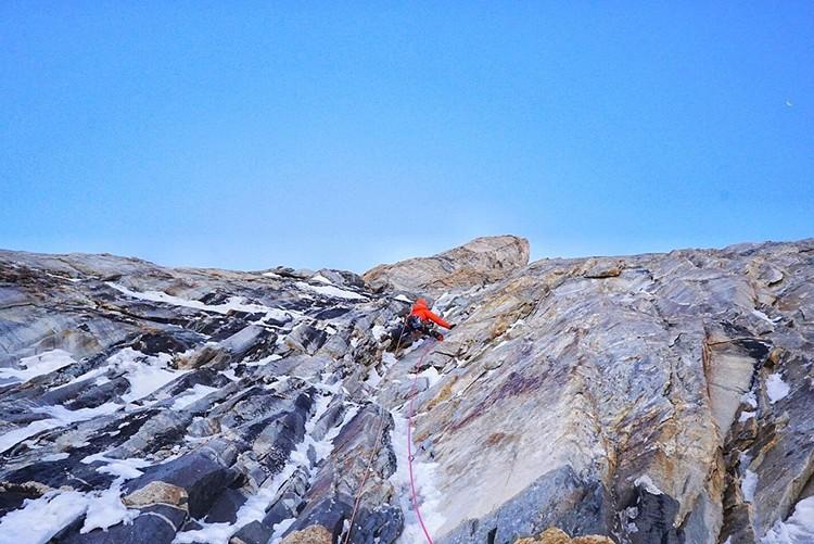 Escalando en el Koyo Zom. Foto: FB: Tom Livingstone