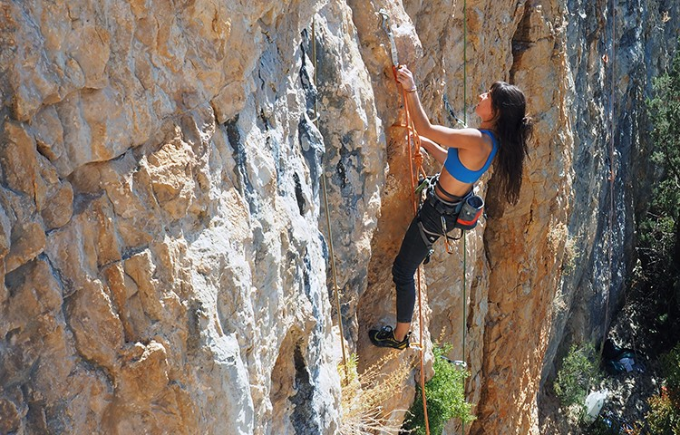 Como capa interna o externa, un top es fundamental para los deportes de montaña. Foto: Barrabes