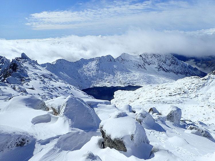 Cara Sur desde la cima, con Cregüeña todavía sin hielo. Foto: Jonatan García