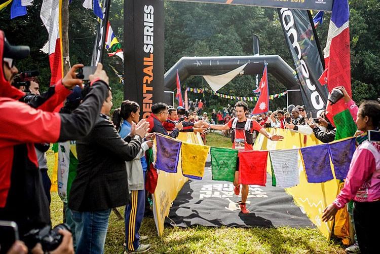 Kilian Jornet entra en meta en  el Annapurna Trail Marathon. Foto: Martina Valmassoi