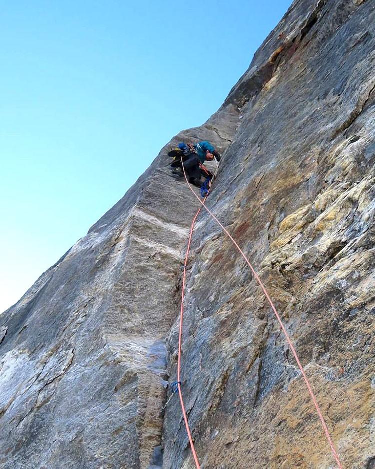 Escalando en el Pilar Norte del Tengkangpoche. Foto: FB: Juho Knuuttila, Quentin Roberts