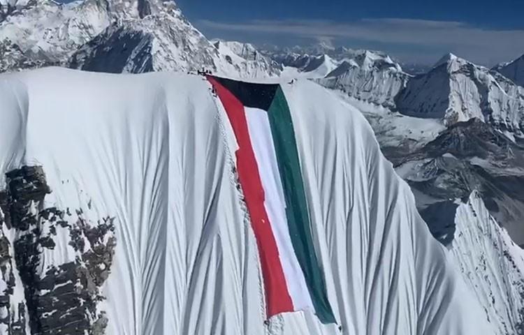 La bandera kwaití en la cumbre del Ama Dablam. Foto: FB Nirmal Purja