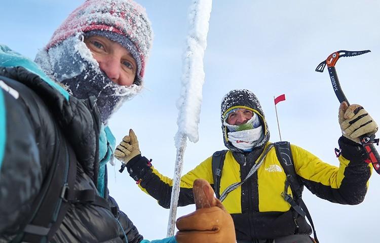 Tamara Lunger y Simone Moro, en la cima del Pik Pobeda. Foto: The North Face