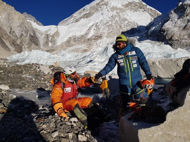 Alex Txikon y Jonatan García, tras el rescate en Everest. Foto: Alex Txikon