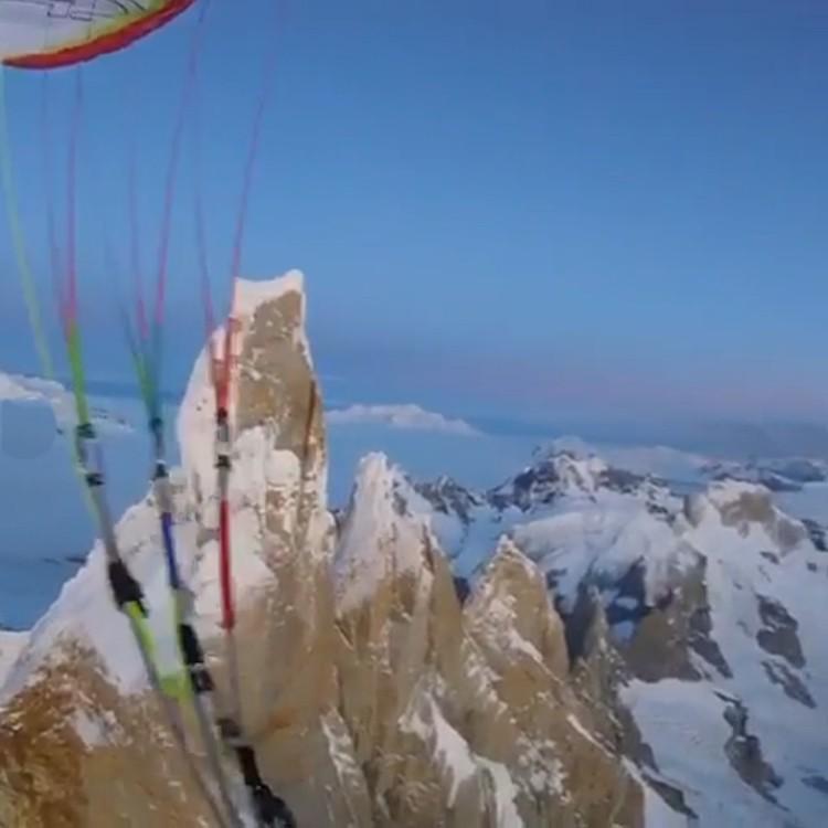Fabian Buhl, vuelo en parapente desde la cumbre del Cerro Torre. Foto: Fabian Buhl, Patagonia Vertic