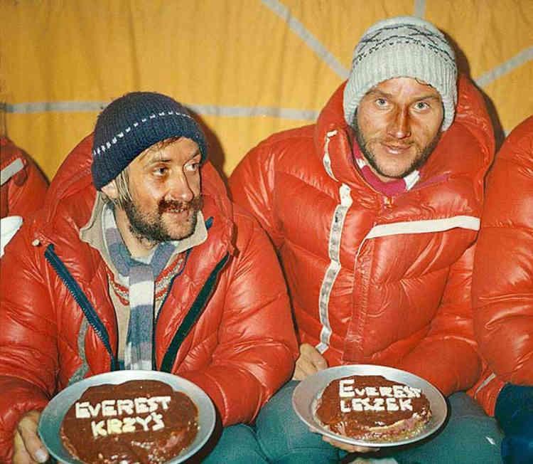 Krzystof Wielicki y Leszek Cichy celebran su cumbre en el Everest invernal. Foto: Expedición Polaca