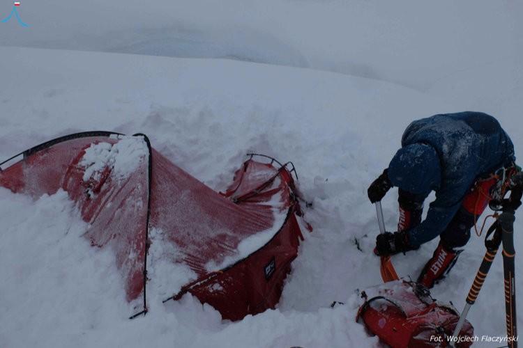 Los polacos, desenterrando el campo 1 en el Batura Sar. Foto: Wojciech Flaczynski