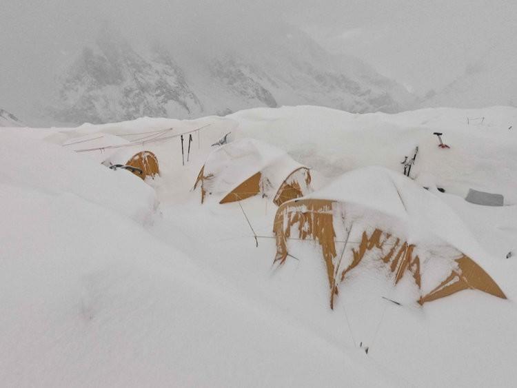 Campo base Batura Sar. Toca desenterrar durante todo el día. Foto: FB Batura Sar