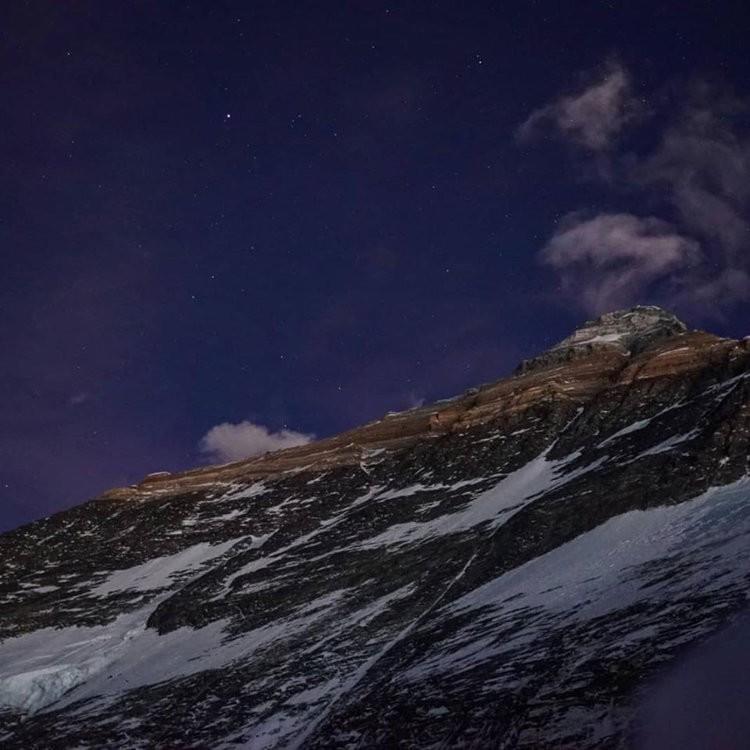 La cima del Everest desde el campo 1 a 6.000m, en el  Lho La. Foto: Jost Kobusch