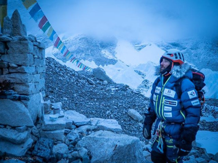 Alex, partiendo del campo base del Everest. Foto: Diego Martínez