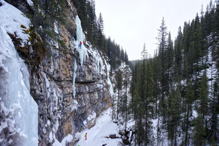 Escalando en Evans Thomas Creek. Foto: Blanco, Córdova, Larrañaga