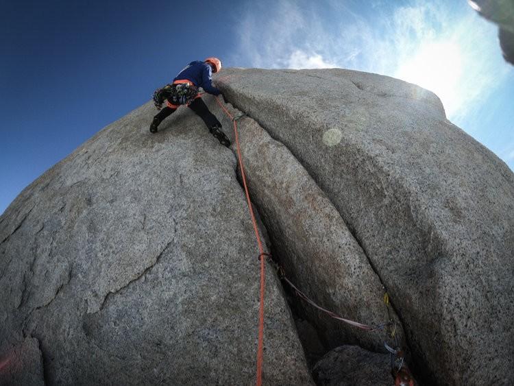 Roger Schaeli, escalando en las Agujas de Patagonia. Foto: Jonas Schild