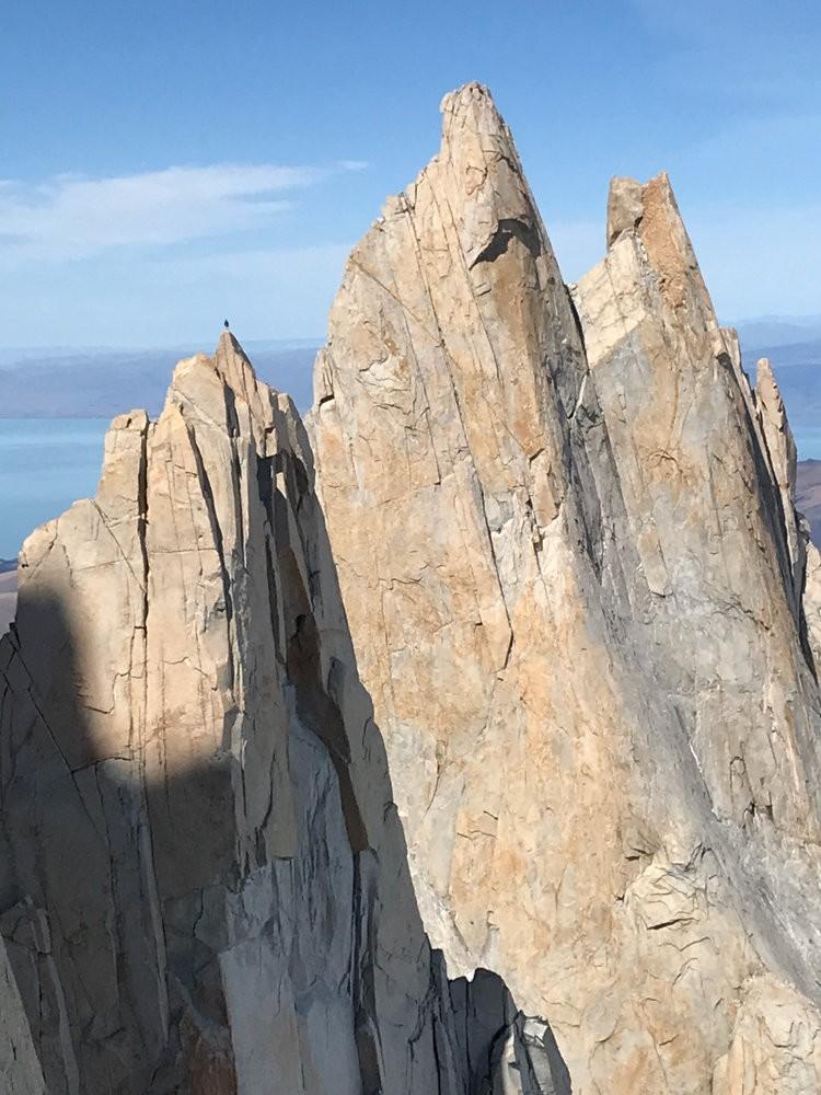 Escalador en la cima de una aguja de Patagonia. Foto: Roger Schaeli