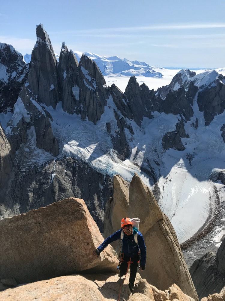 Tras las montañas, el campo de hielo. Foto: Roger Schaeli