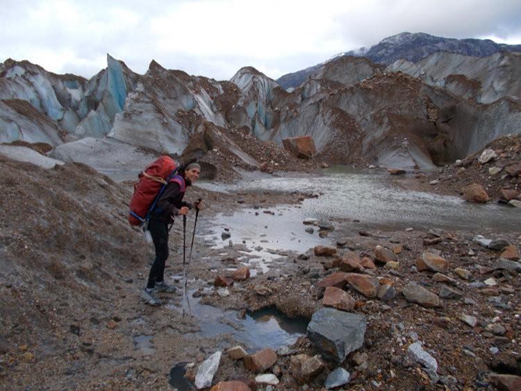 Porteo a través del glaciar. Foto: Sílvia Vidal