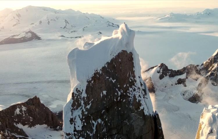 Cima del Cerro Torre. El campo de hielo patagónico al fondo. Foto: Jeff y Priti Wright