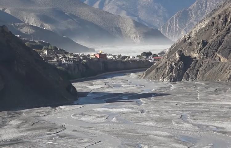 Alberto Ayora cruzando puentes físicos y espirituales en Mustang