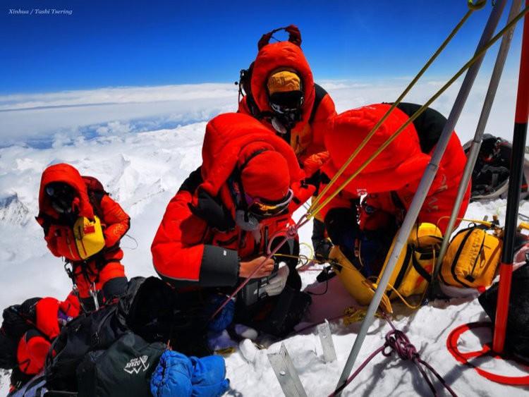 Los científicos chinos instalan sus aparatos en la cumbre del Everest. Foto: Xinhuanet