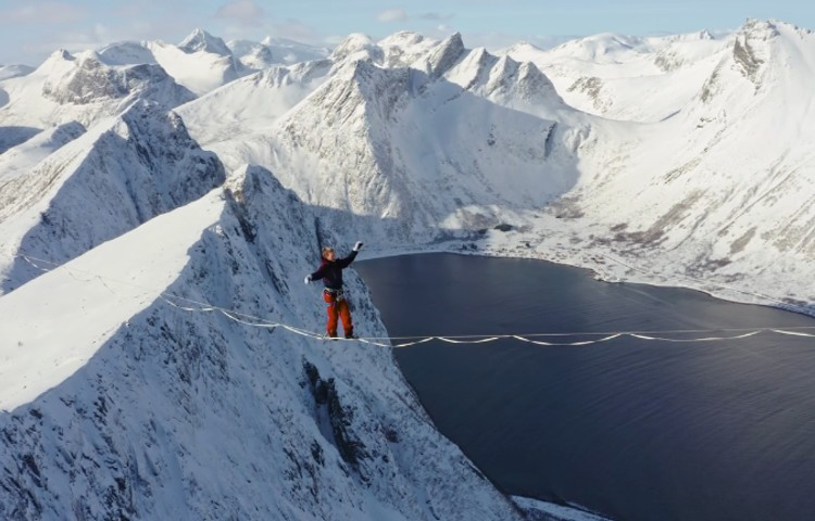 Slackline en el Ártico. Foto: Raised by wolves films