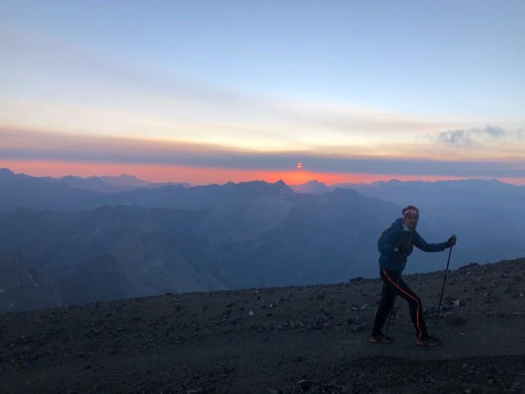 Amanece llegando a la cumbre del Perdido, ya mas arriba del glaciar norte. Foto: Antonio Alcalde