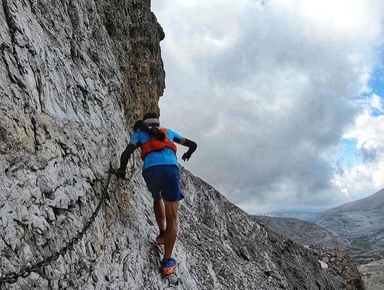 Aritz Egea, récord Monte Perdido Extrem, a su paso por la Brecha de Roldán. Foto: Salomon