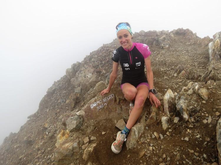 Virginia Pérez, en la cima de Garmo Negro. Foto: Ramón Ferrer, Monrasin