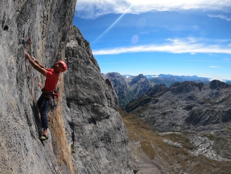 Iker Pou escalando en Rayu, Peña Santa. Foto: Hermanos Pou