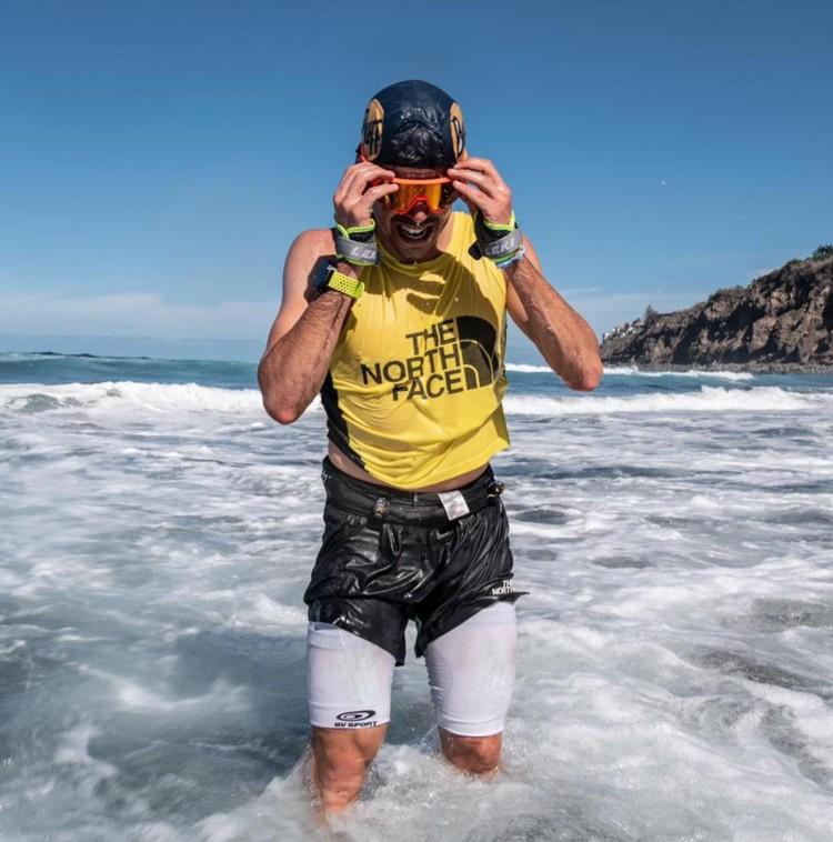 Pau Capell finaliza su récord a la 040 con un baño en el mar. Foto: @rsalanova, FB Pau Capell