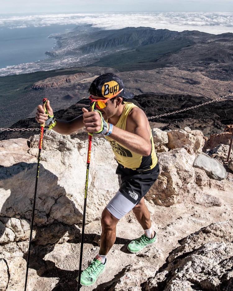 Pau Capell, hacia cumbre en el Teide. Foto: @rsalanova, FB Pau Capell
