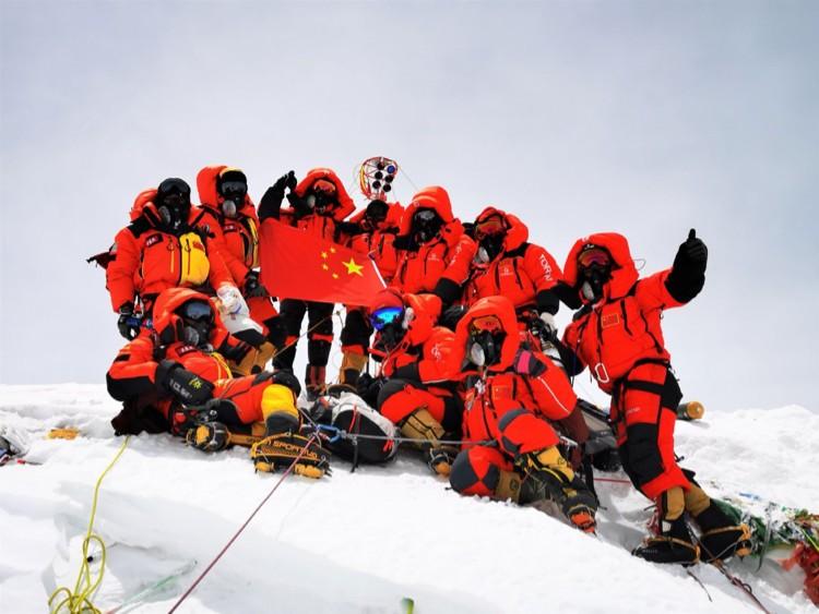 Los científicos chinos, en la cumbre del Everest el pasado mes de junio. Foto: Xinhua