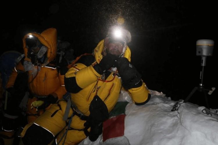 Los científicos nepaleses pasan la noche en la cumbre del Everest. Nepal Survey Department