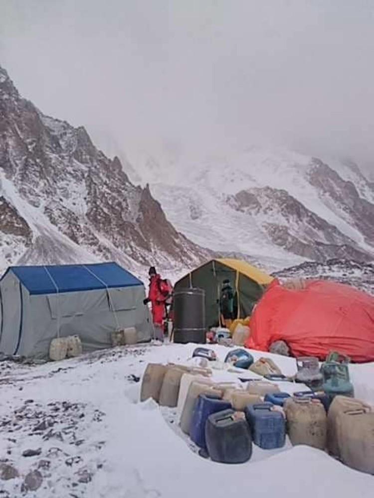 Campo base Sadpara y Snorri en el K2 invernal. Foto: John Snorri