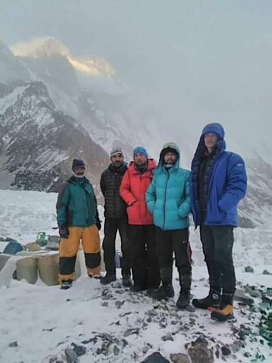 Los Sadpara, Snorri y staff, en el campo base del K2 invernal. Foto: John Snorri