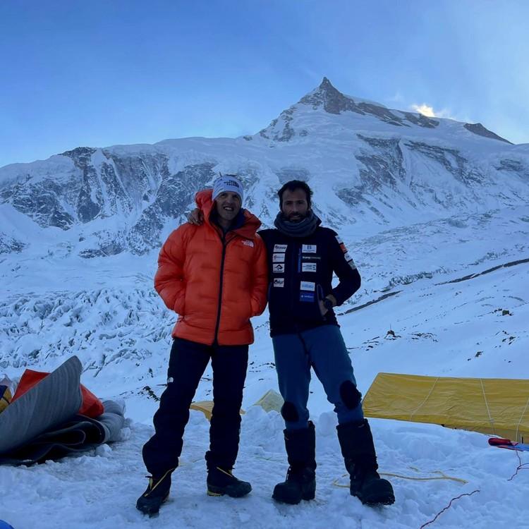 Alex Txikon y Simone Moro, en el campo base del Manaslu invernal. Foto: Phelipe Eizaguirre