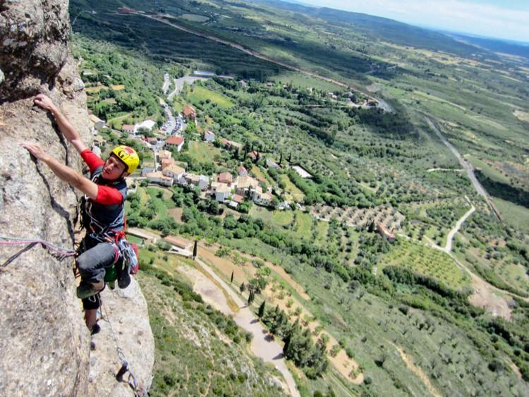 El casco es un elemento fundamental para nuestra seguridad en la montaña. Foto: Barrabes
