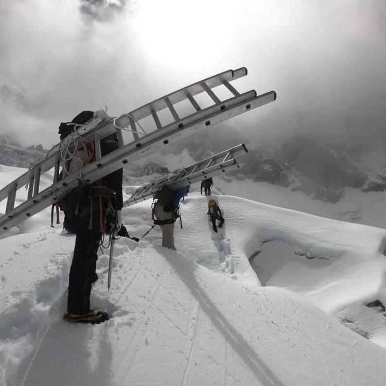 Icefall doctors ayer camino de la Cascada del Khumbu. Foto: FB Panuru Shpera, xtremclimbers.com