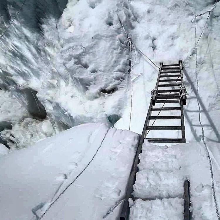 Primeras escalers colocadas en la Cascada del Khumbu. Foto: Panuru Shpera, xtremclimbers.com