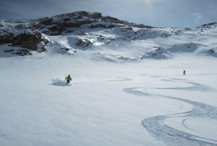 El esquí de travesía es ascenso...y descenso. Foto: Daniel Vega