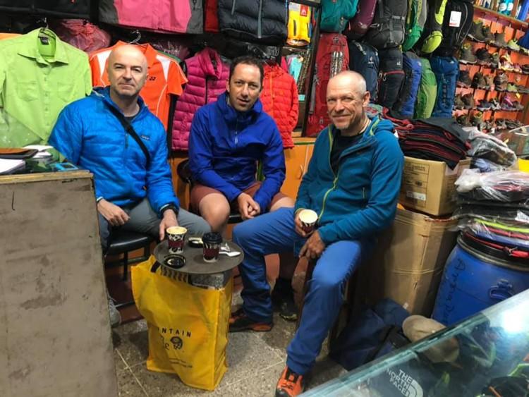 Marius Gane, Horia Colibasanu y Peter Hámor, en 2019 en Katmandú. Foto: Peter Hámor