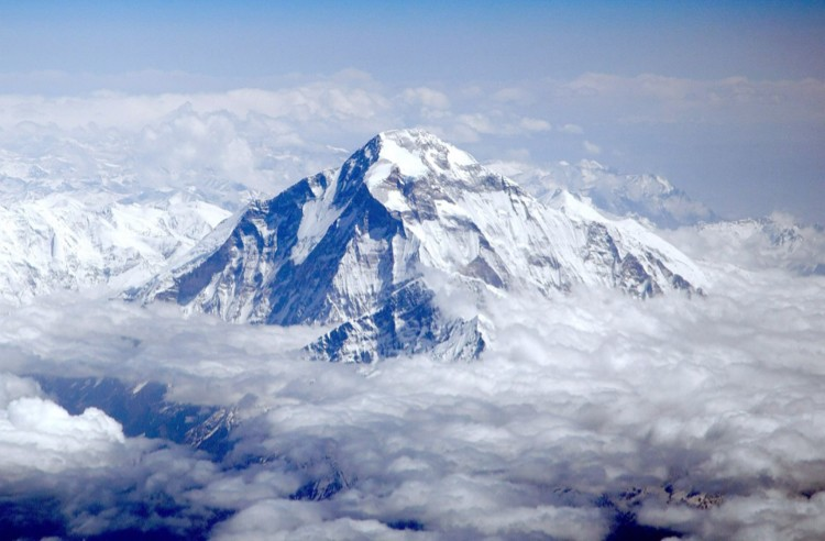 A la izquierda, la enorme arista NW del Dhaulagiri desde el aire. Foto: Peter Hámor