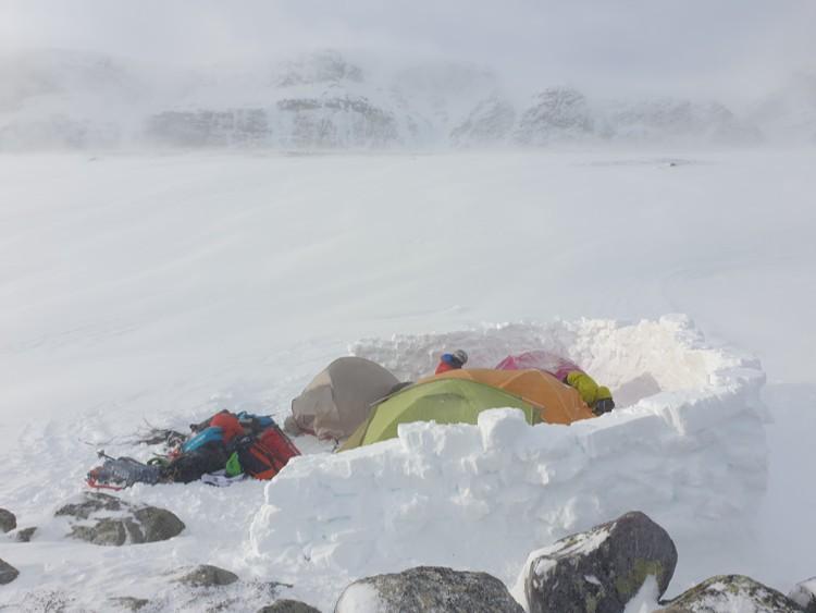 Campamento protegido por el viento. Foto: Club Alpí Virtual