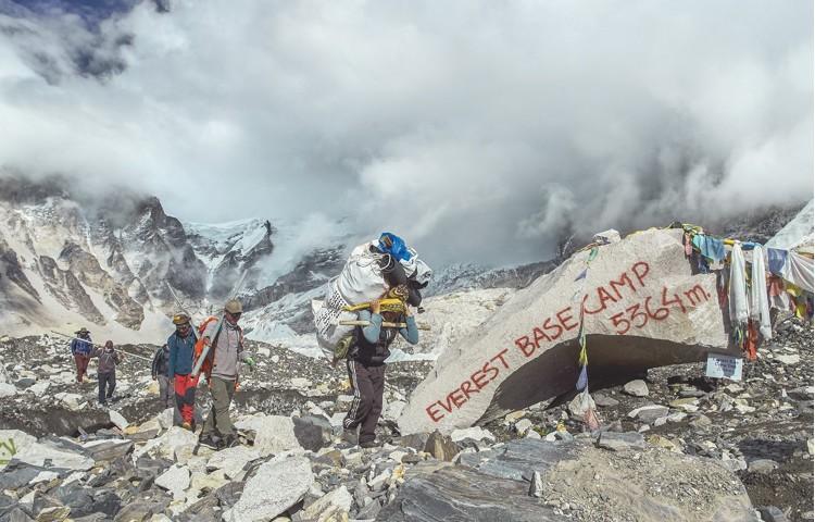 Limpieza en campo base de Everest. Foto: Bally Peak Outlook