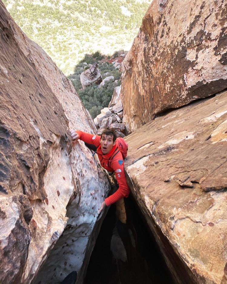 Alex Honnold, 3 vías multilargos en solo en 11 horas, Red Rock. Foto: Cedar Wright