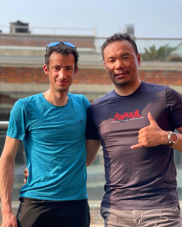 Kilian Jornet y Chhang Dawa Sherpa, hoy en Katmandú. Foto: Chhang Dawa Sherpa