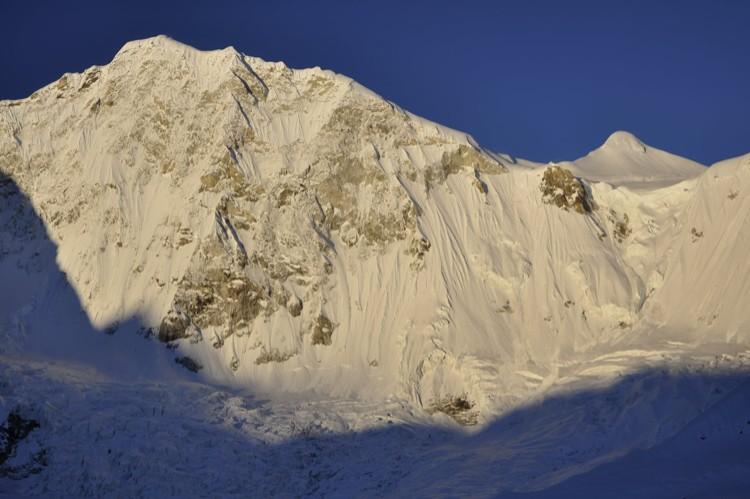 La gran muralla noroeste del Baruntse. Foto: Marek Holecek