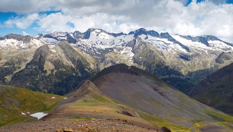 Cara Sur del Aneto. en medio, a la izquierda de la cumbre, Collado de Coronas. Foto: Barrabes