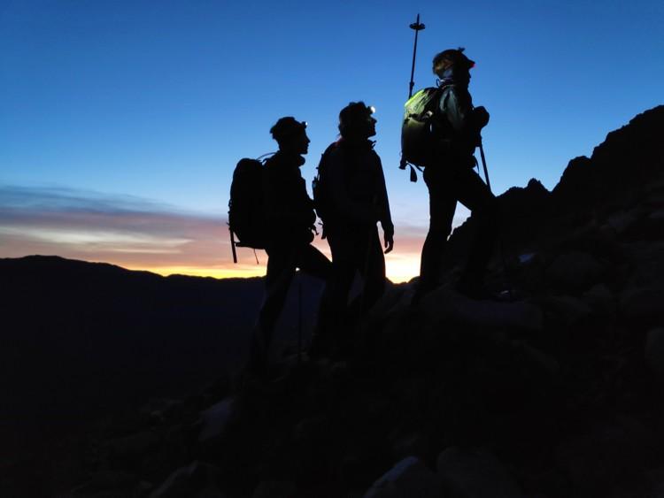 Comenzaremos a andar de noche, y nos amanecerá durante la subida. Foto: Chemary Carrera