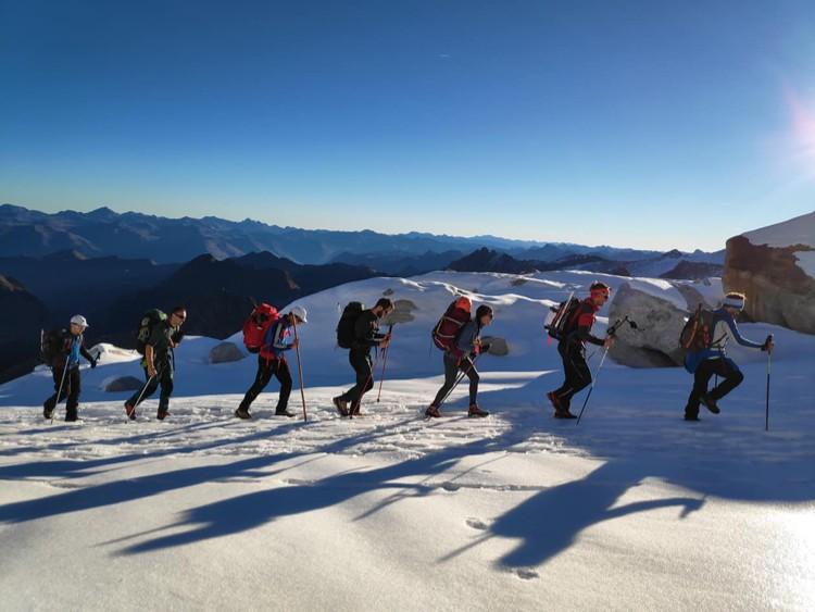 Un grupo en montaña es un equipo que comparte y mira siempre por el bien común. Foto: Maspirineo