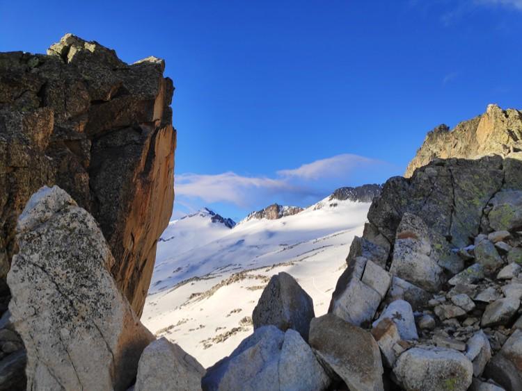 Por primera vez, desde el Portillón vemos la cima del Aneto y su glaciar. Foto: Maspirineo
