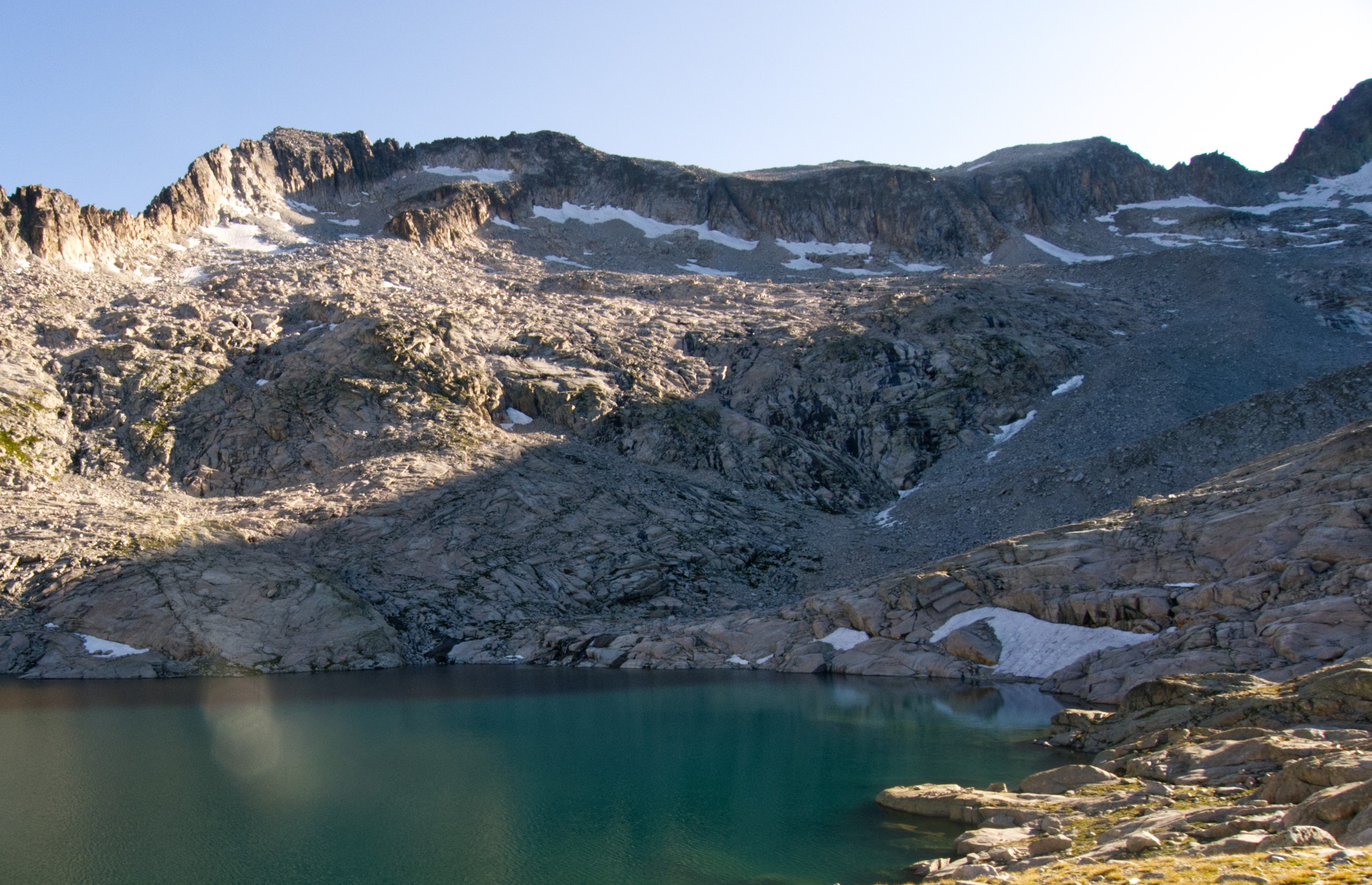 Ibón Alto de Coronas. Arriba, a la derecha, Collado de Coronas. Foto: Barrabeseo